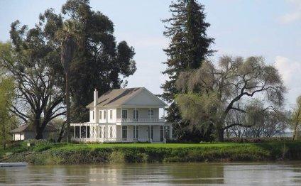 Красивый загородный дом у реки